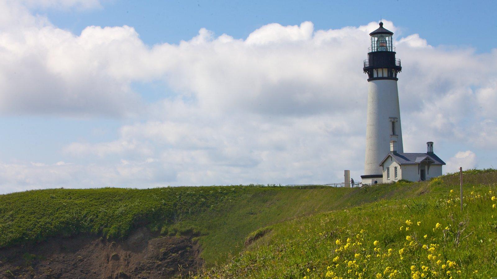 Faro Yaquina Head ofreciendo un faro, vistas de paisajes y patrimonio de arquitectura