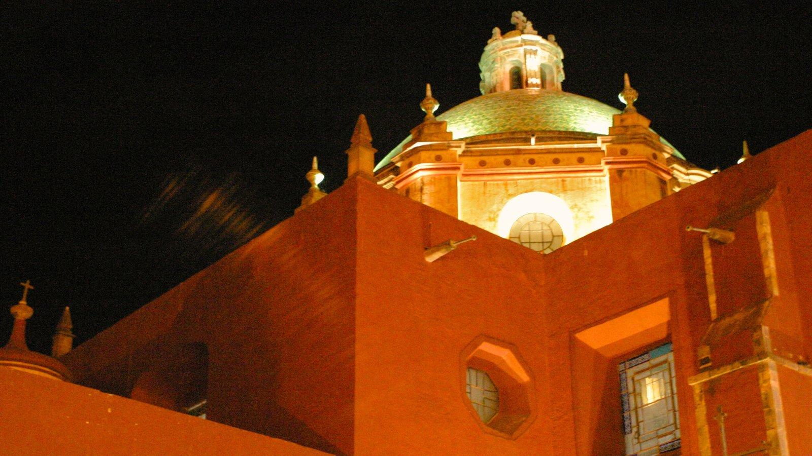 Querétaro mostrando escenas nocturnas, patrimonio de arquitectura y una iglesia o catedral