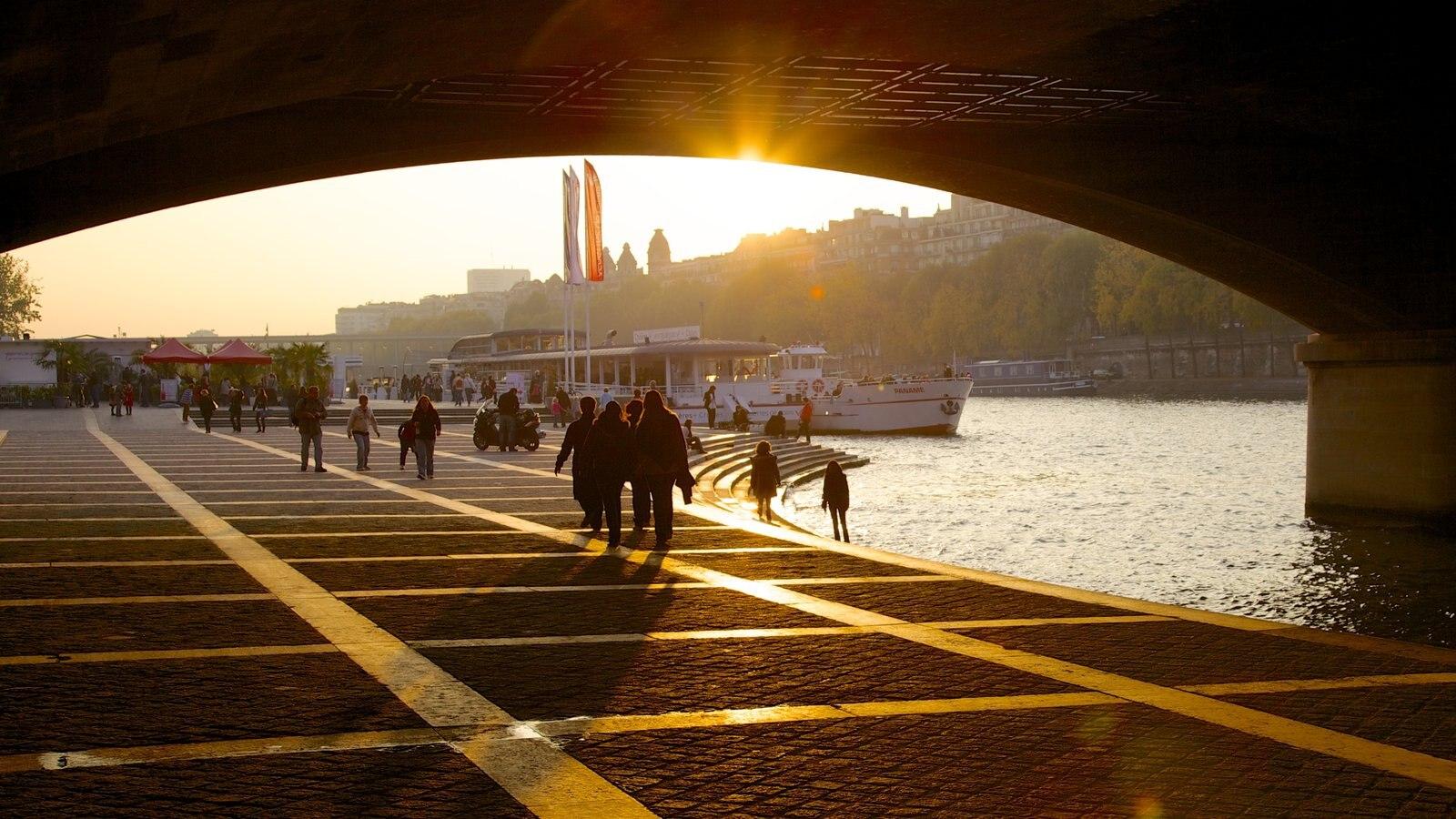 Paris caracterizando um rio ou córrego, um pôr do sol e uma ponte