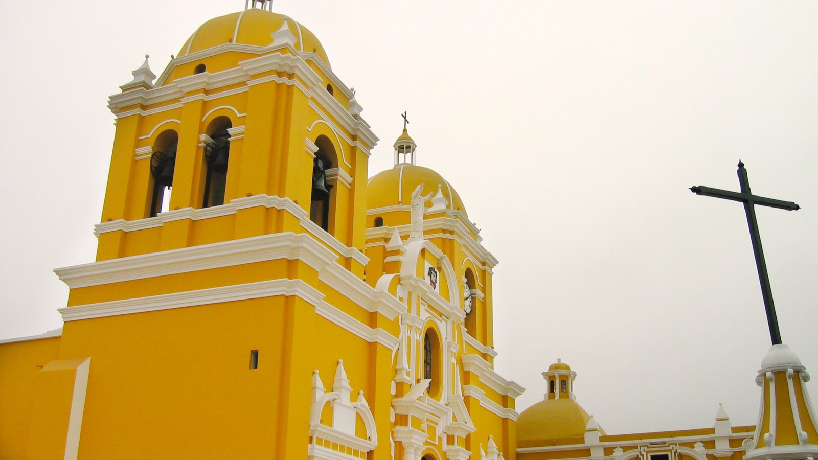 Trujillo which includes religious aspects, heritage architecture and a church or cathedral