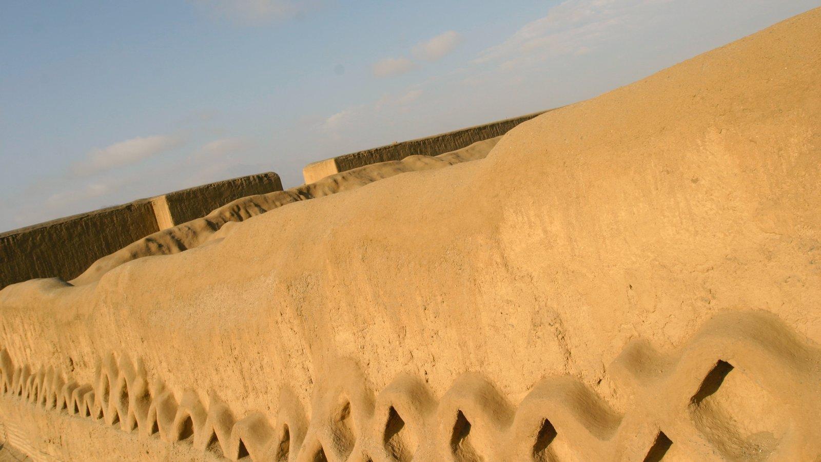 Chan Chan mostrando elementos de patrimônio e ruínas de edifício