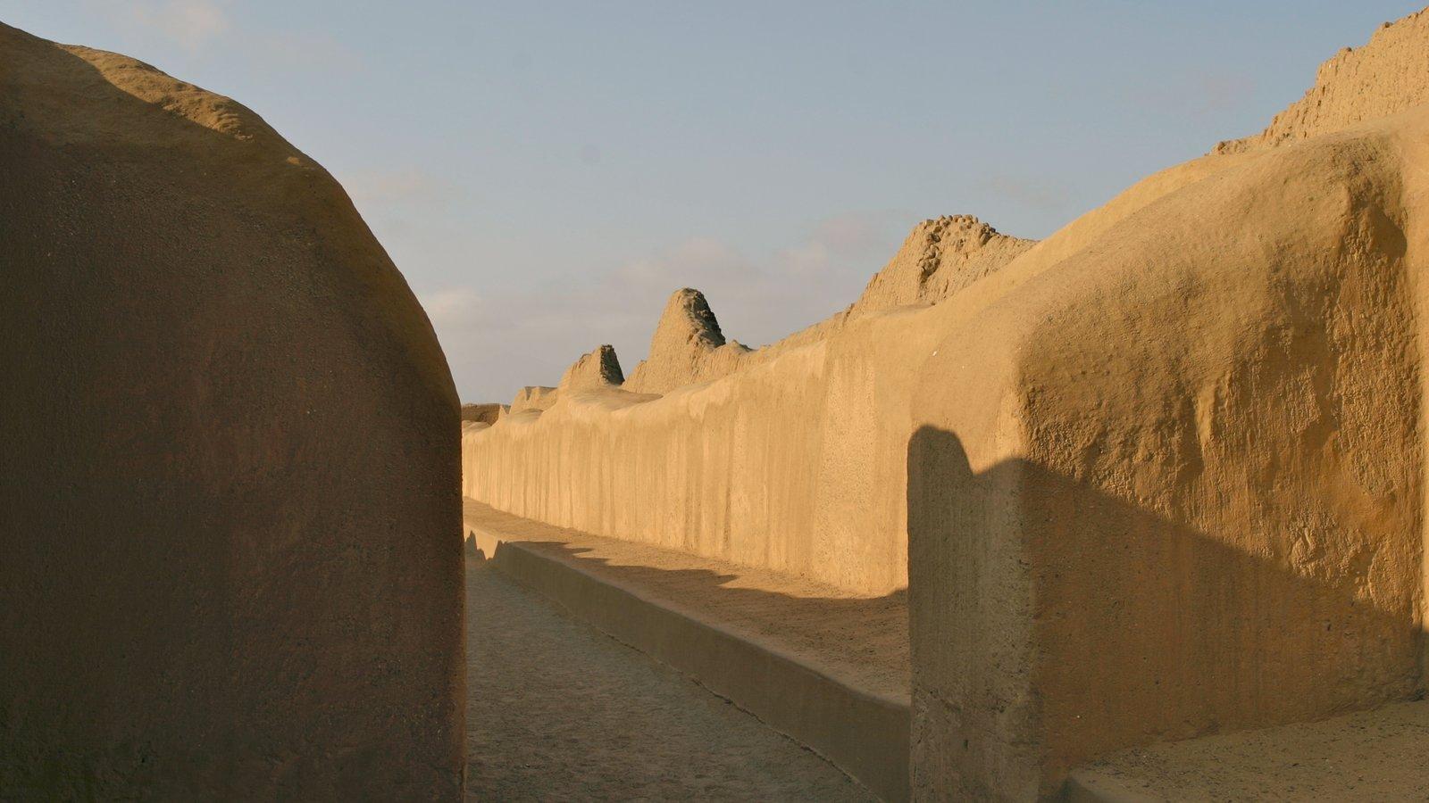Chan Chan caracterizando ruínas de edifício, elementos de patrimônio e arquitetura de patrimônio