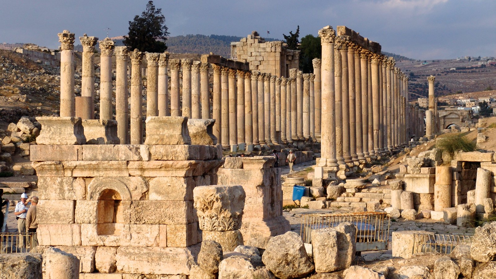 Jerash which includes heritage architecture, a ruin and heritage elements