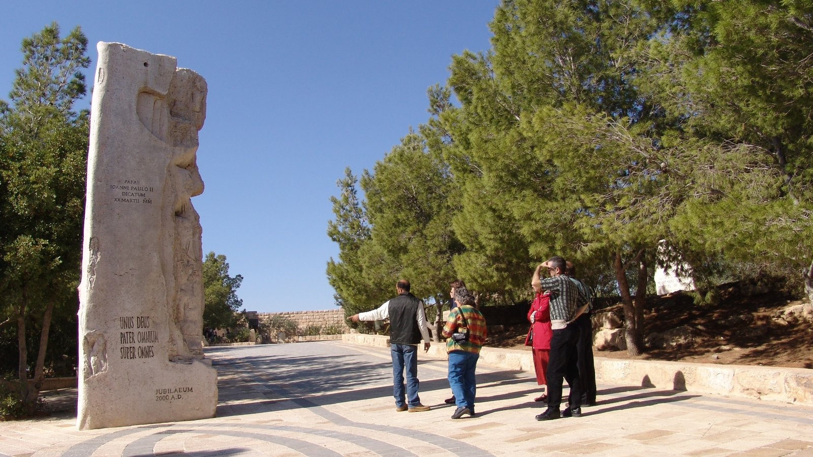 Mount Nebo featuring a monument and street scenes as well as a small group of people