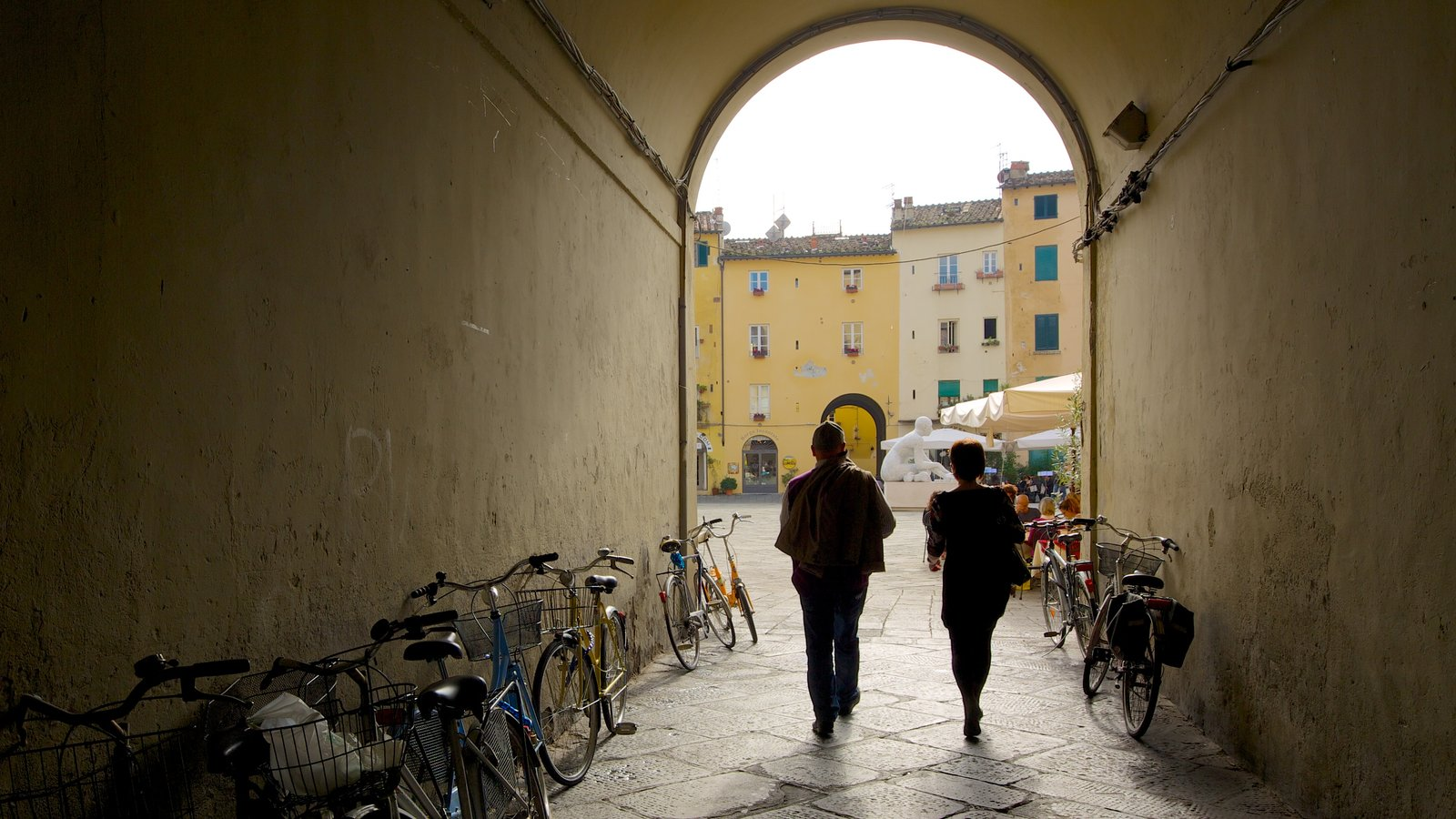 Piazza dell\'Anfiteatro showing street scenes, heritage architecture and cycling