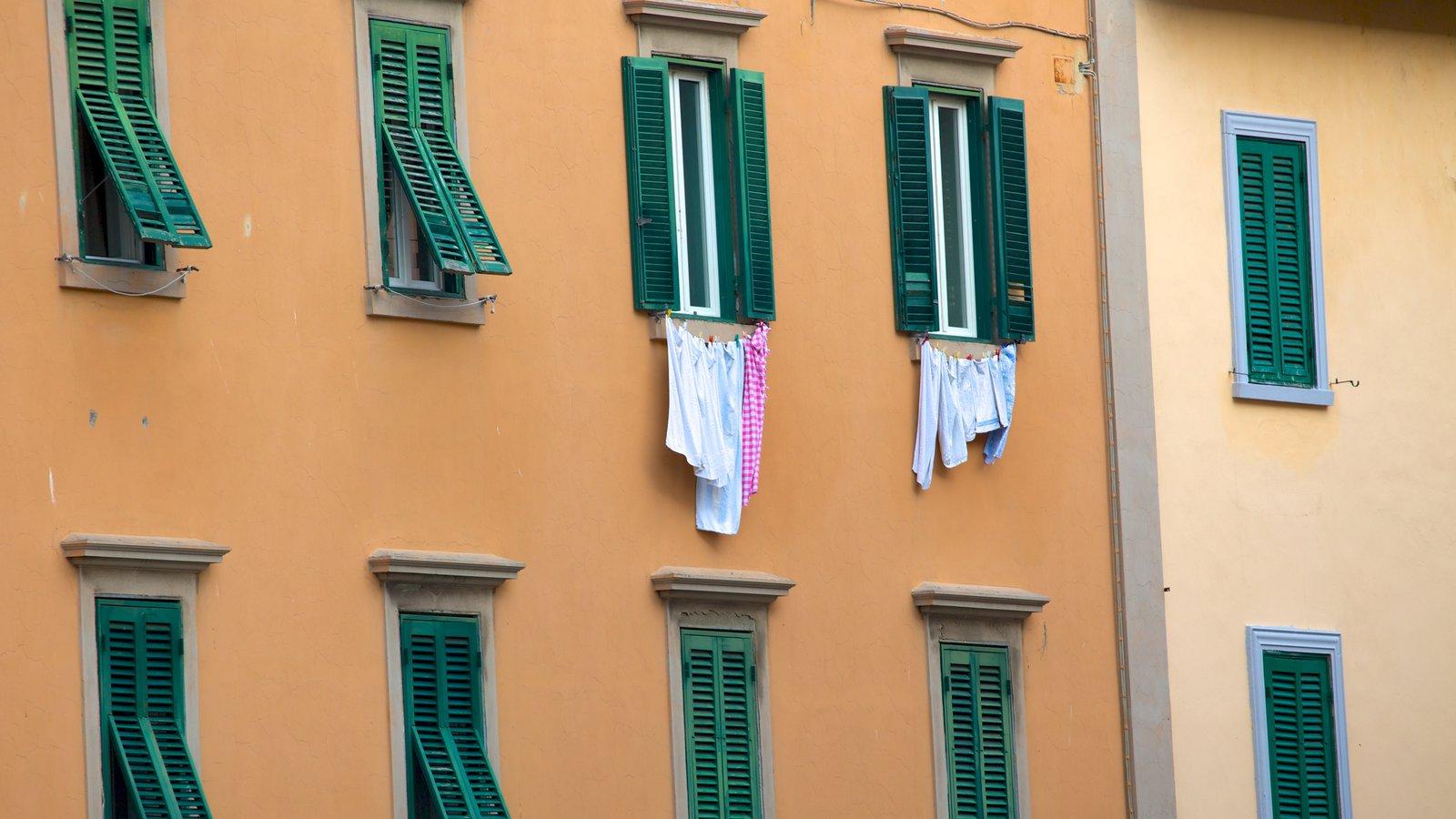 Piazza della Repubblica showing a house and heritage architecture