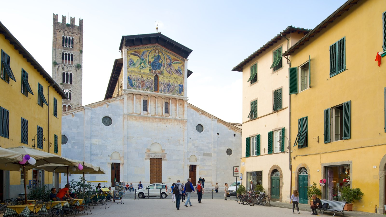 Basilica di San Frediano which includes street scenes, religious aspects and a church or cathedral