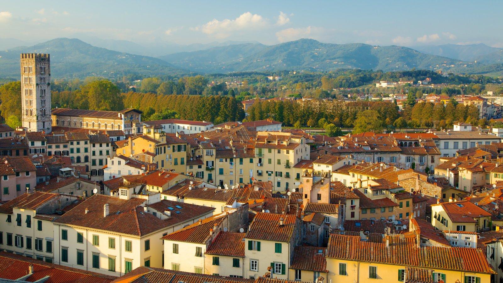 Torre Guinigi mostrando arquitetura de patrimônio e uma cidade