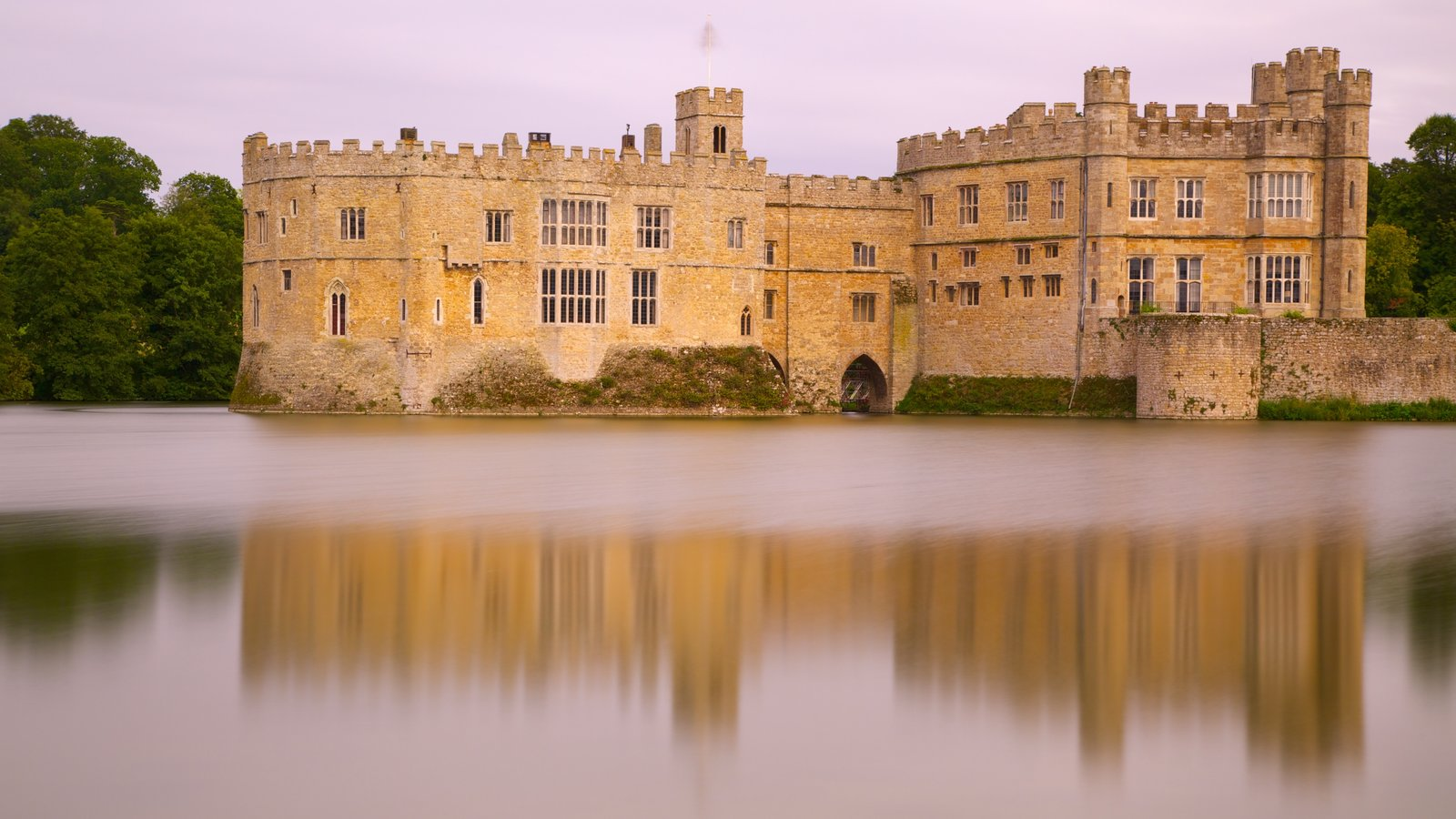 Castillo de Leeds ofreciendo un castillo, elementos del patrimonio y un río o arroyo