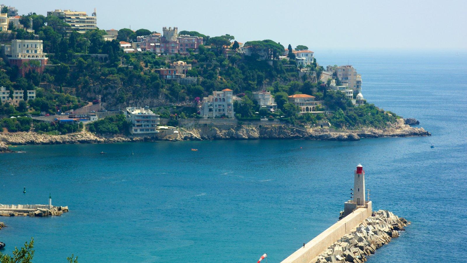 Castle Hill caracterizando litoral acidentado, uma cidade litorânea e um farol
