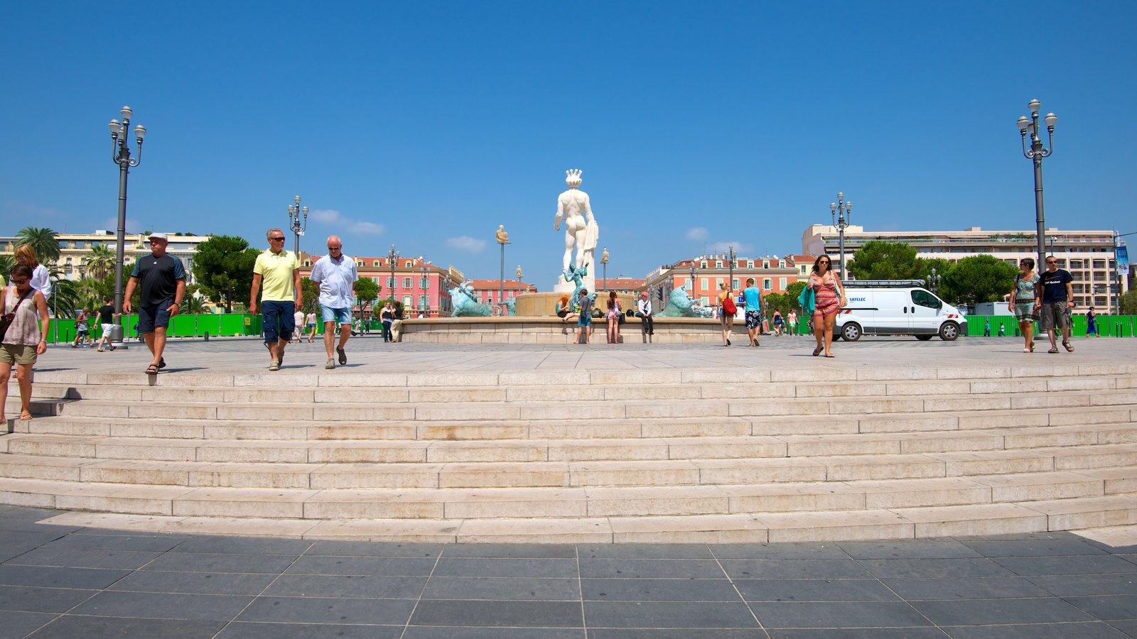 Praça Masséna caracterizando uma fonte, cenas de rua e uma estátua ou escultura