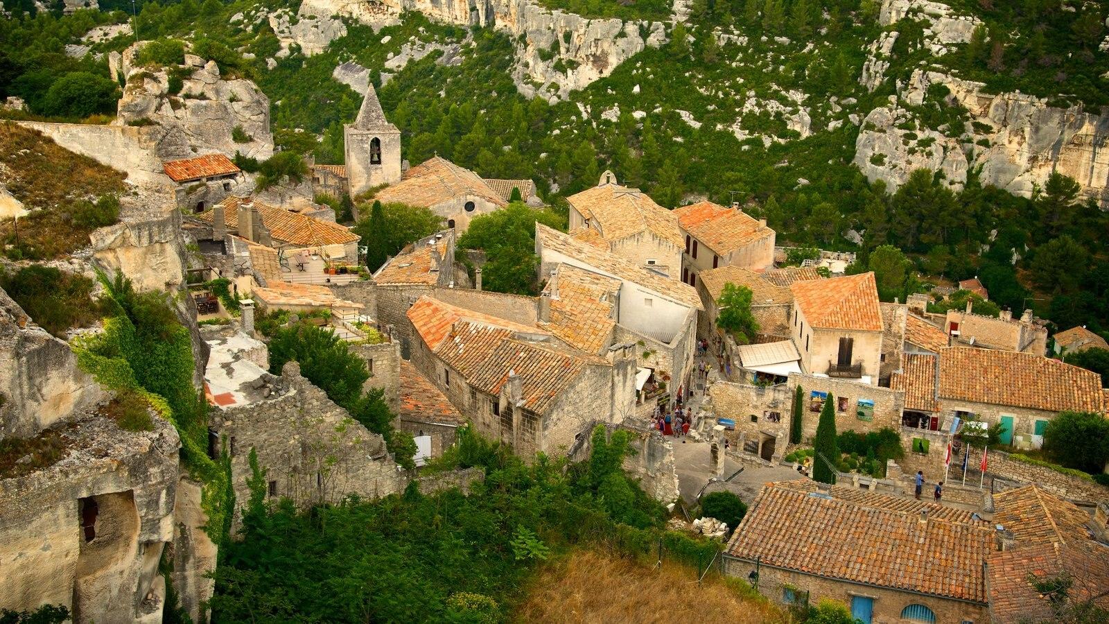 Chateau des Baux que inclui uma cidade pequena ou vila e arquitetura de patrimônio
