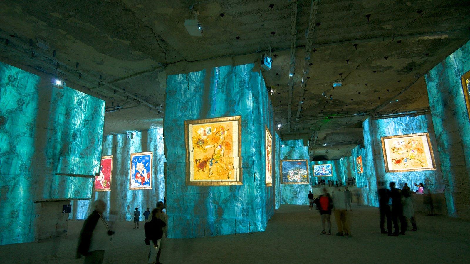 Carrières de Lumières mostrando arte, vistas internas e uma igreja ou catedral