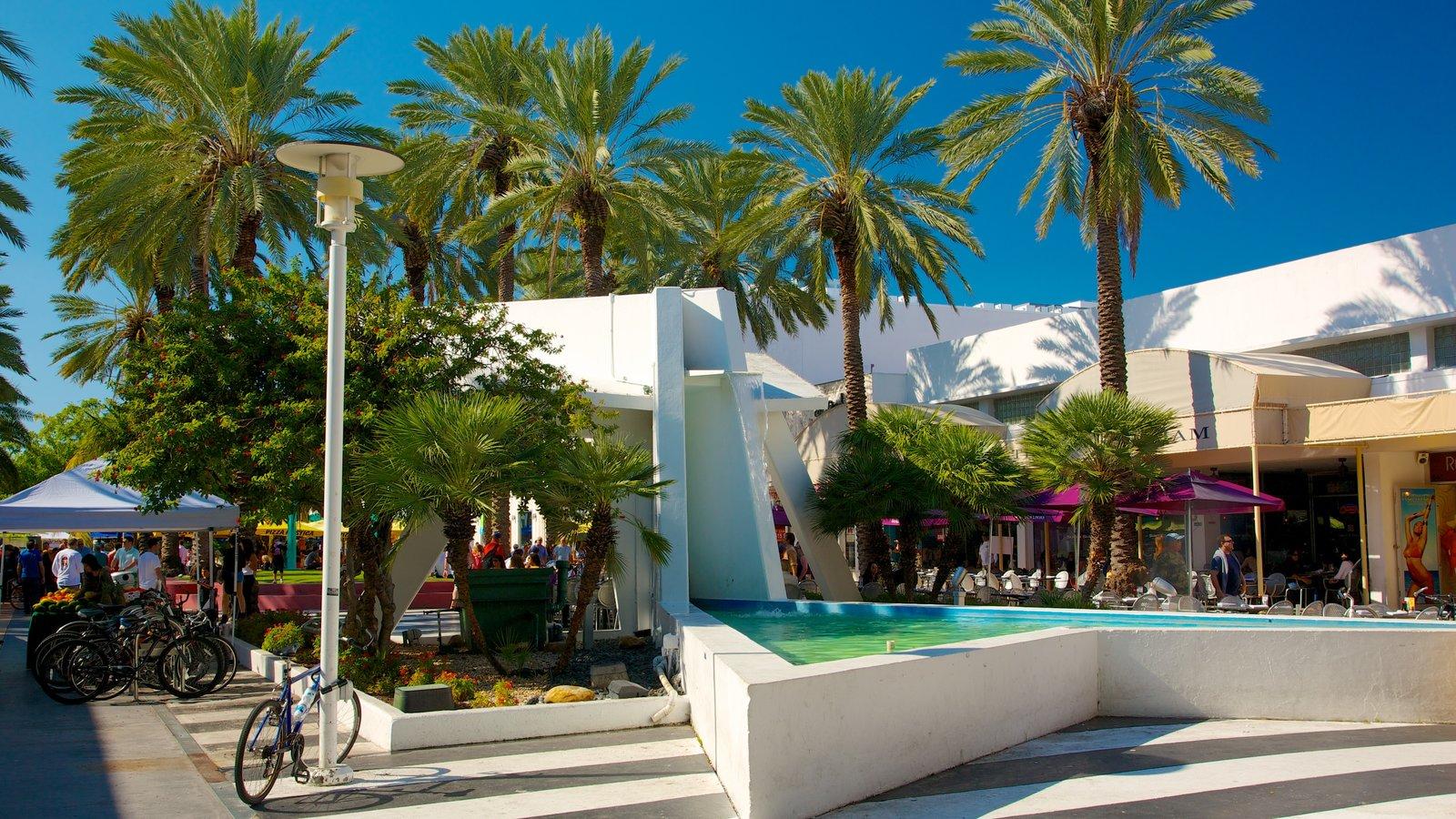 Lincoln Road Mall mostrando uma cidade, cenas tropicais e arquitetura moderna