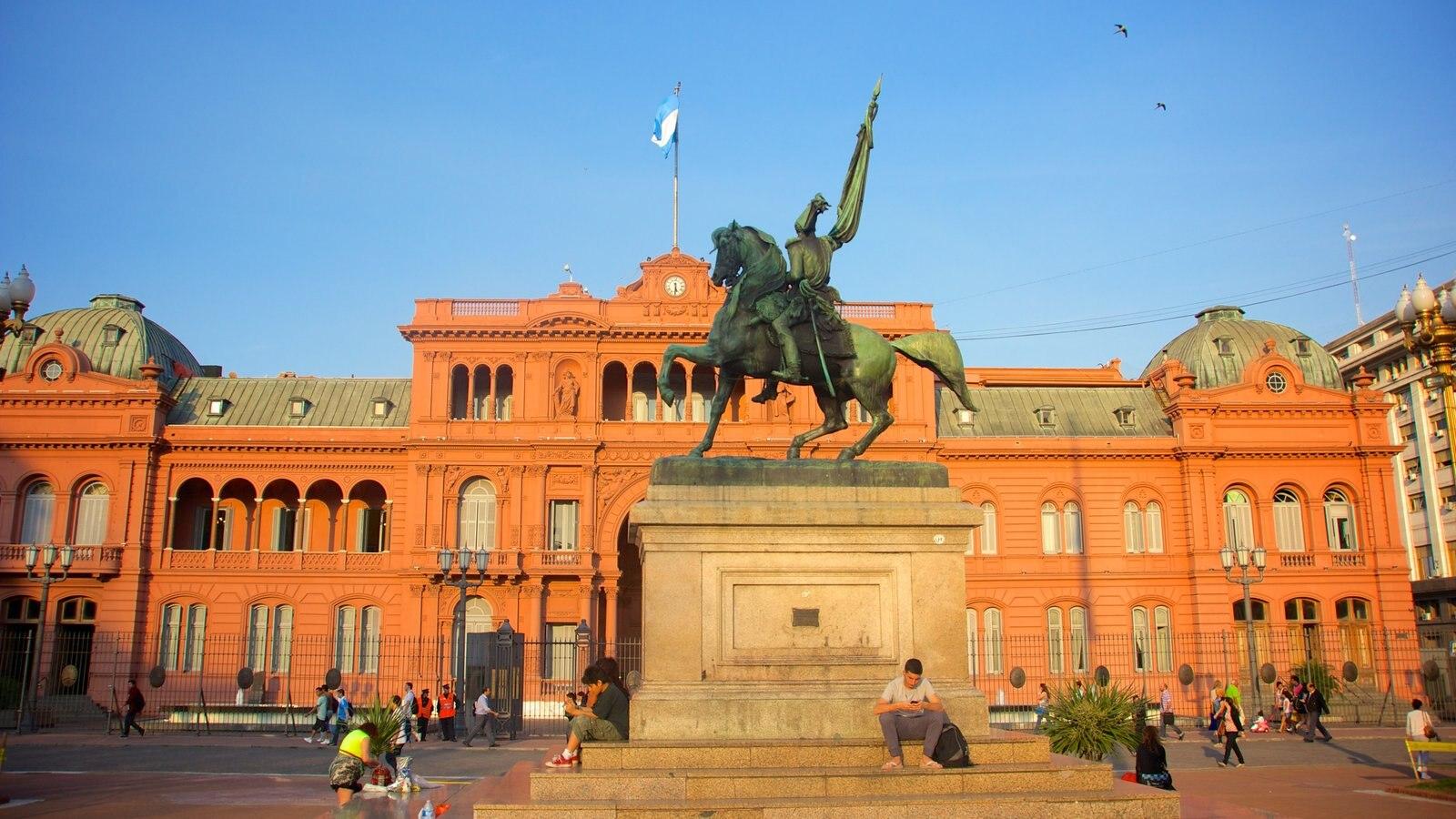 Casa Rosada mostrando uma praça ou plaza, um monumento e arquitetura de patrimônio