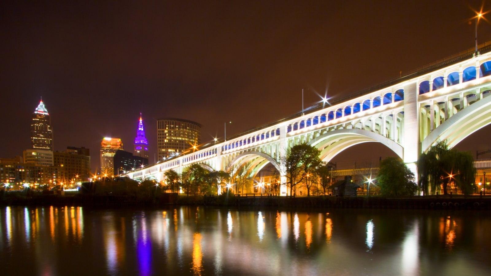 Cleveland caracterizando uma cidade, uma ponte e cenas noturnas