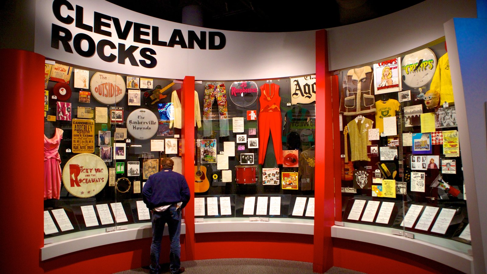 Rock and Roll Hall of Fame and Museum mostrando vistas internas e música