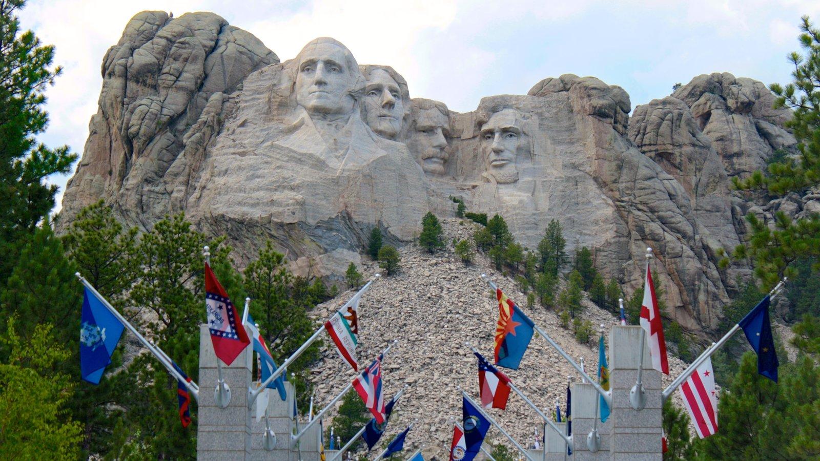Mount Rushmore que inclui montanhas e um monumento
