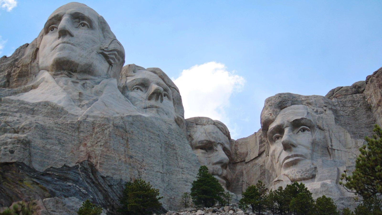 Mount Rushmore mostrando montanhas e um monumento