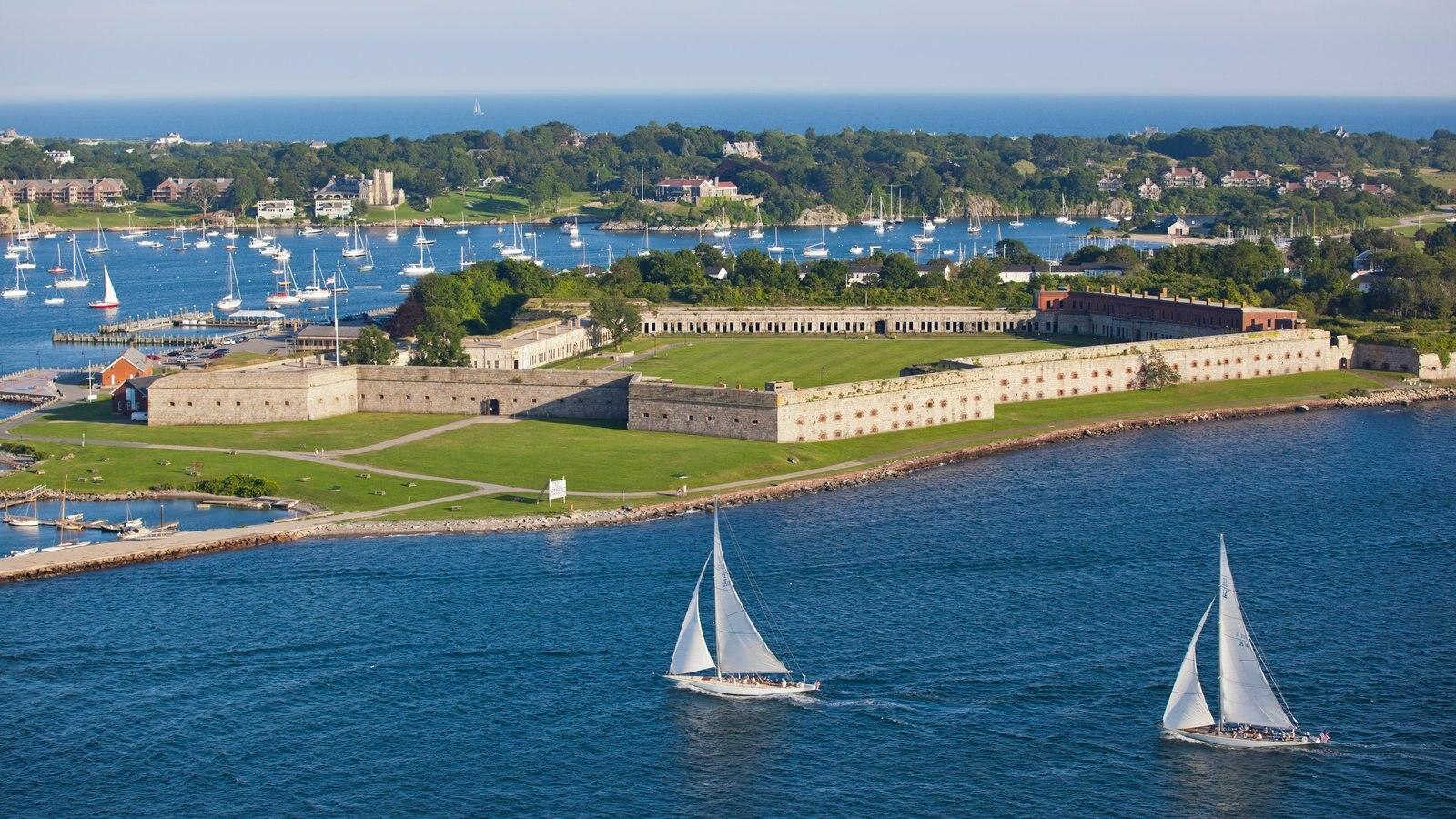 Newport que incluye navegación, una ciudad costera y vistas generales de la costa