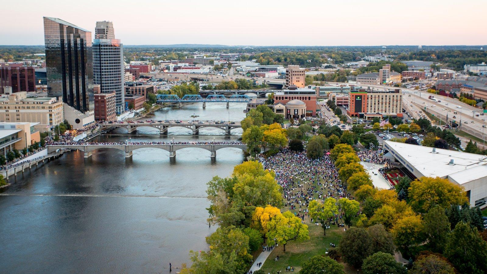 Grand Rapids caracterizando um arranha-céu, uma cidade e um rio ou córrego