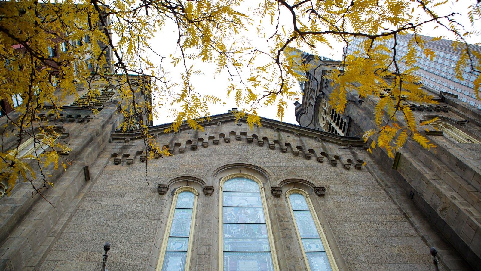 Old Stone Church caracterizando arquitetura de patrimônio e uma igreja ou catedral