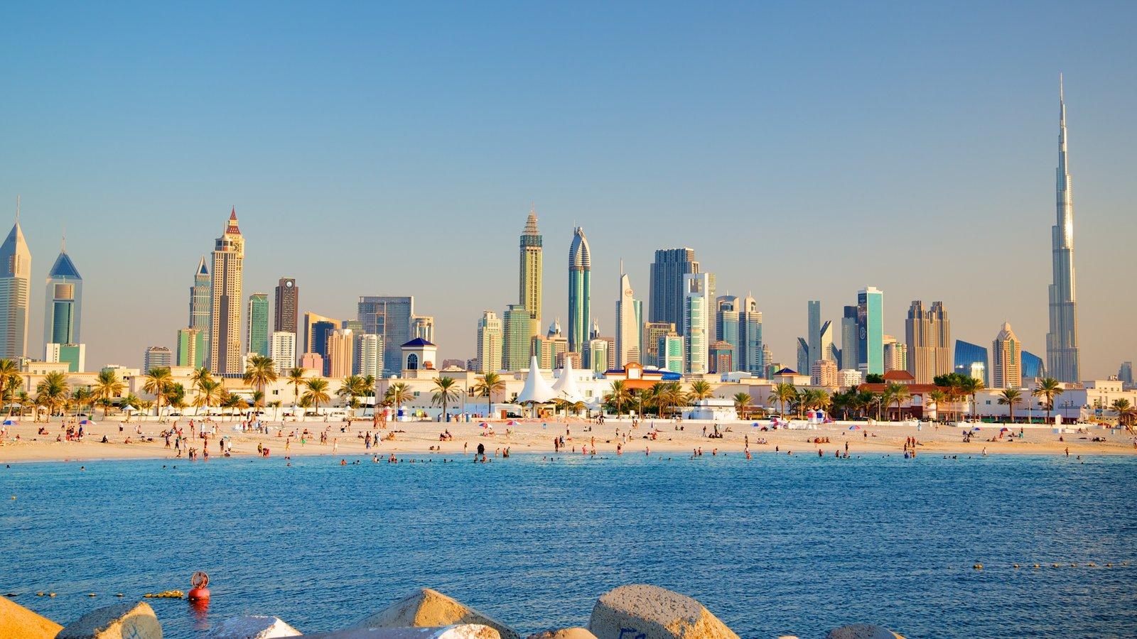 Emirato de Dubái que incluye una ciudad costera, horizonte y una playa de arena