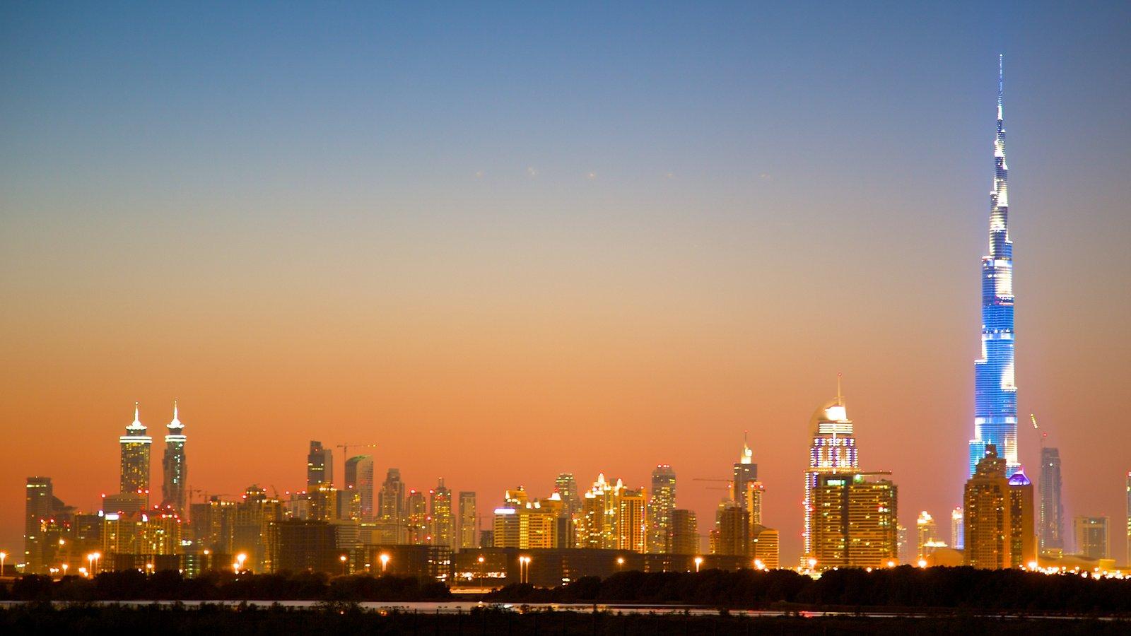 Burj Khalifa ofreciendo un edificio de gran altura, arquitectura moderna y una ciudad