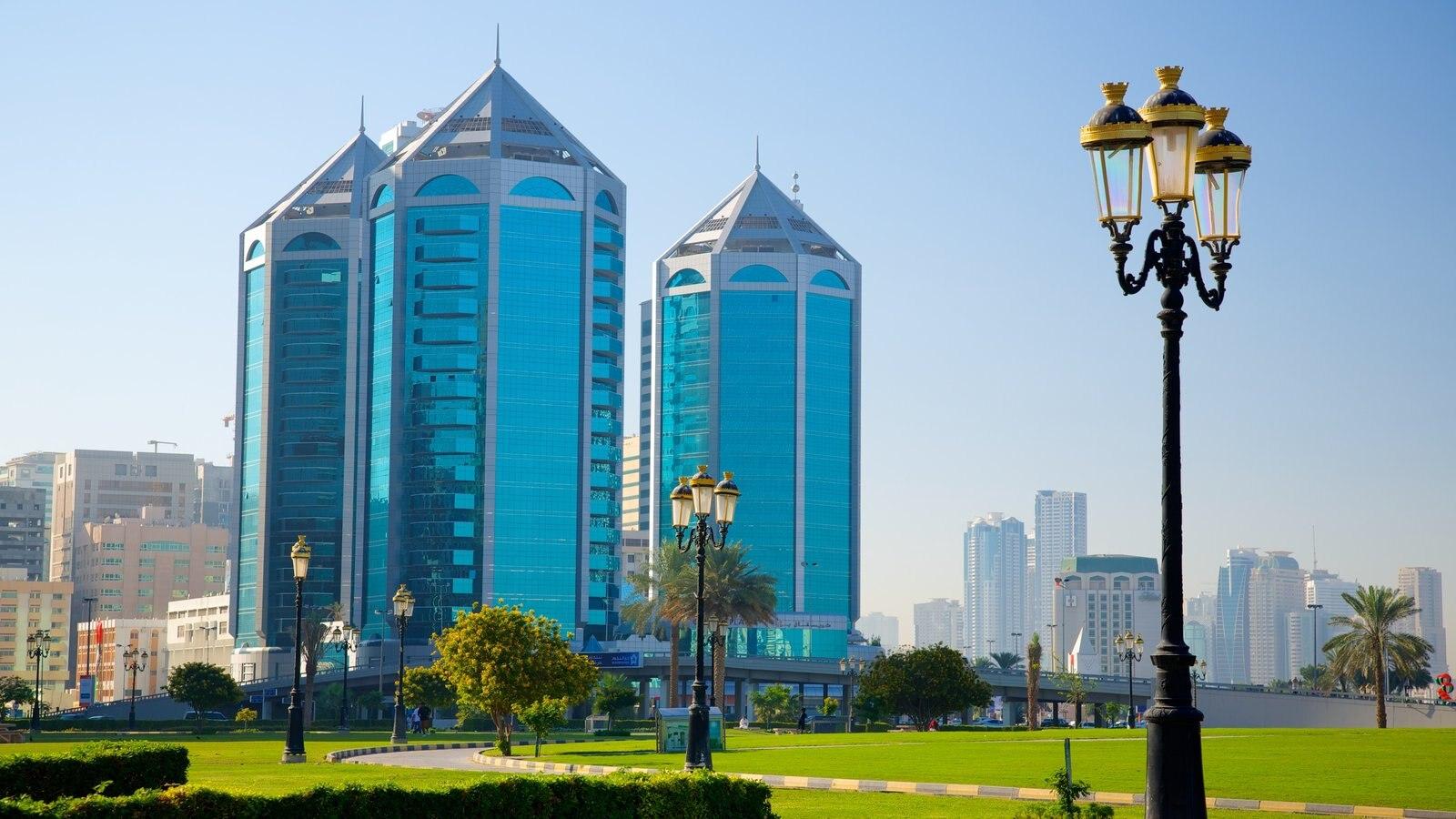 Sharjah que incluye un rascacielos, una ciudad y arquitectura moderna