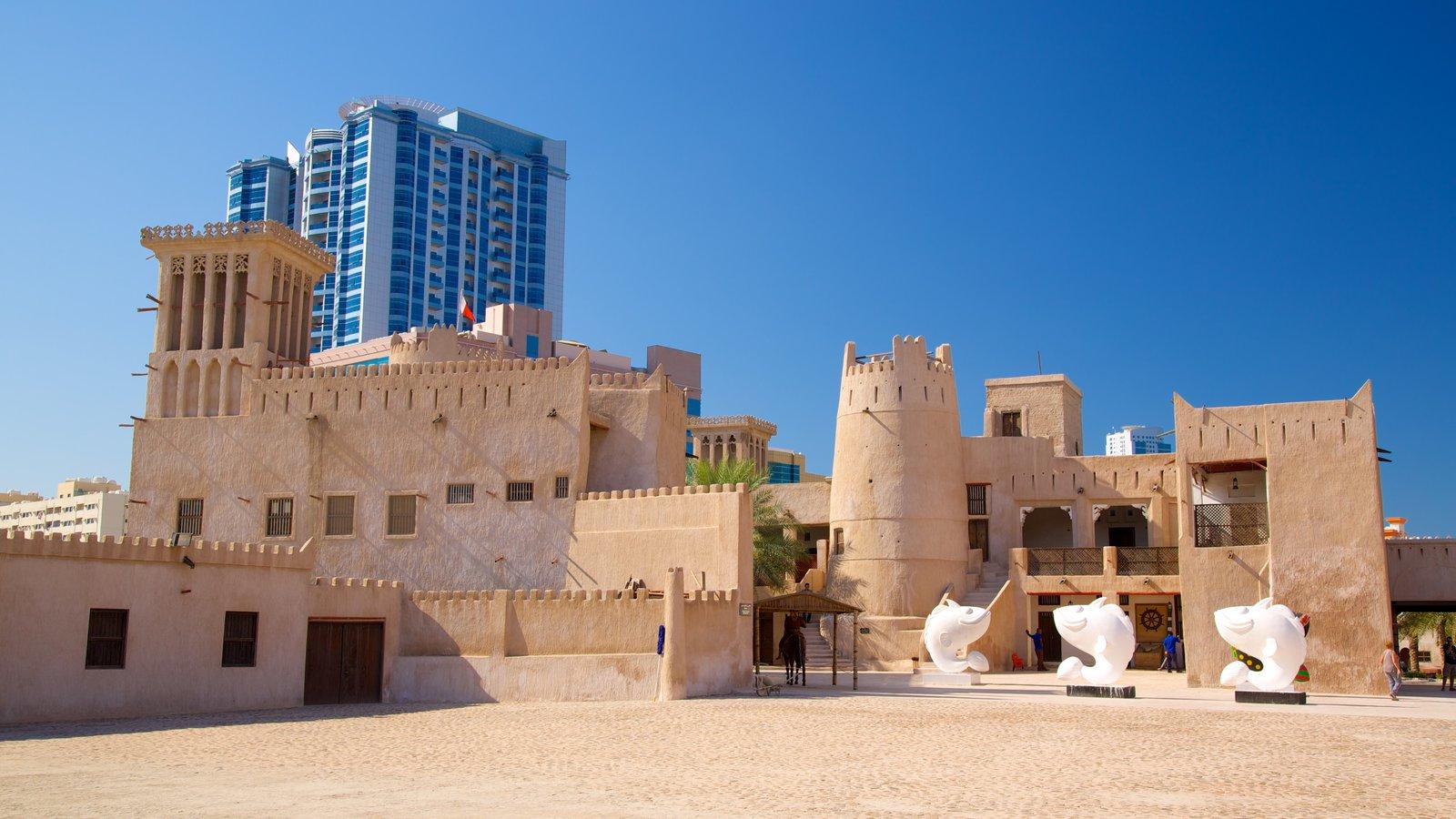 Ajman mostrando uma cidade, elementos de patrimônio e arquitetura de patrimônio