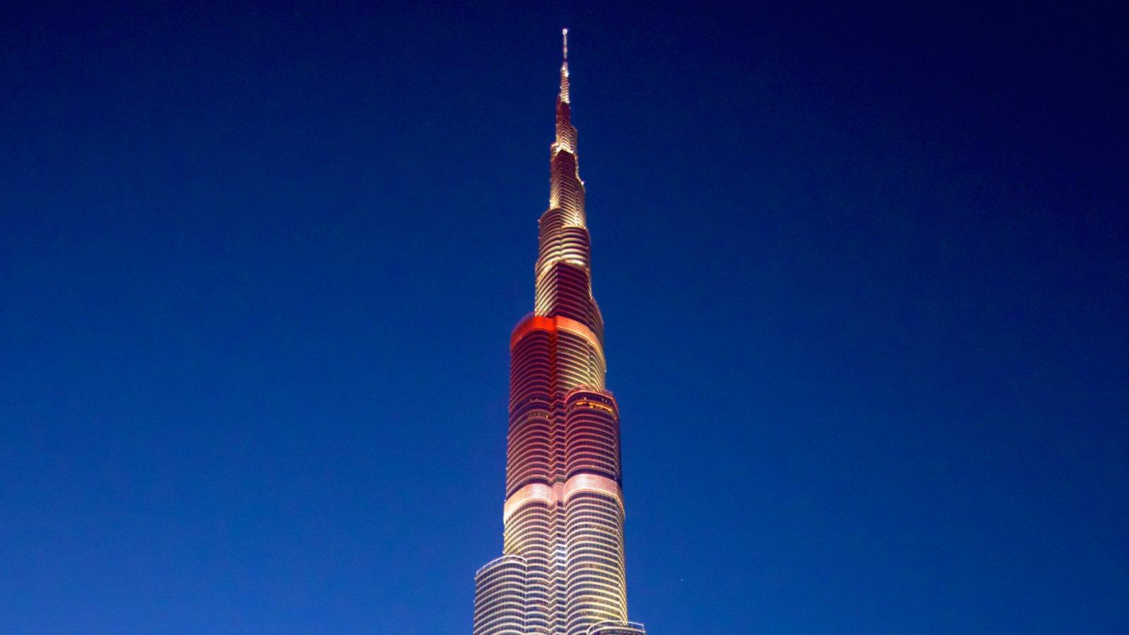 Burj Khalifa que incluye un edificio de gran altura, arquitectura moderna y escenas nocturnas