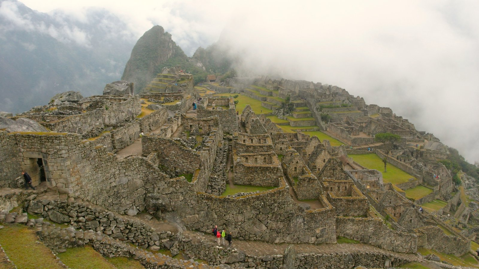Machu Picchu caracterizando ruínas de edifício, montanhas e neblina