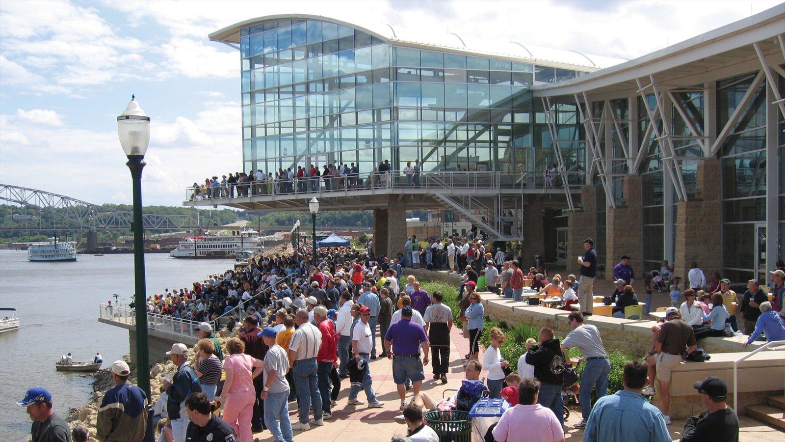 Centro de Dubuque ofreciendo un río o arroyo y arquitectura moderna y también un gran grupo de personas
