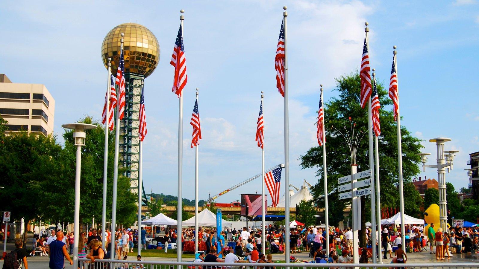 Knoxville mostrando arquitetura moderna, um festival e uma praça ou plaza