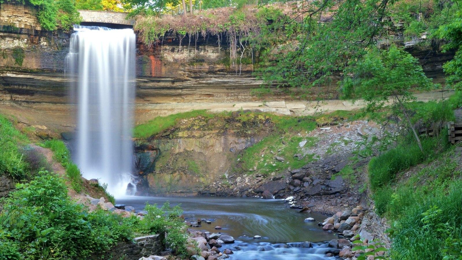 Minnehaha Park caracterizando um jardim, um rio ou córrego e uma cachoeira