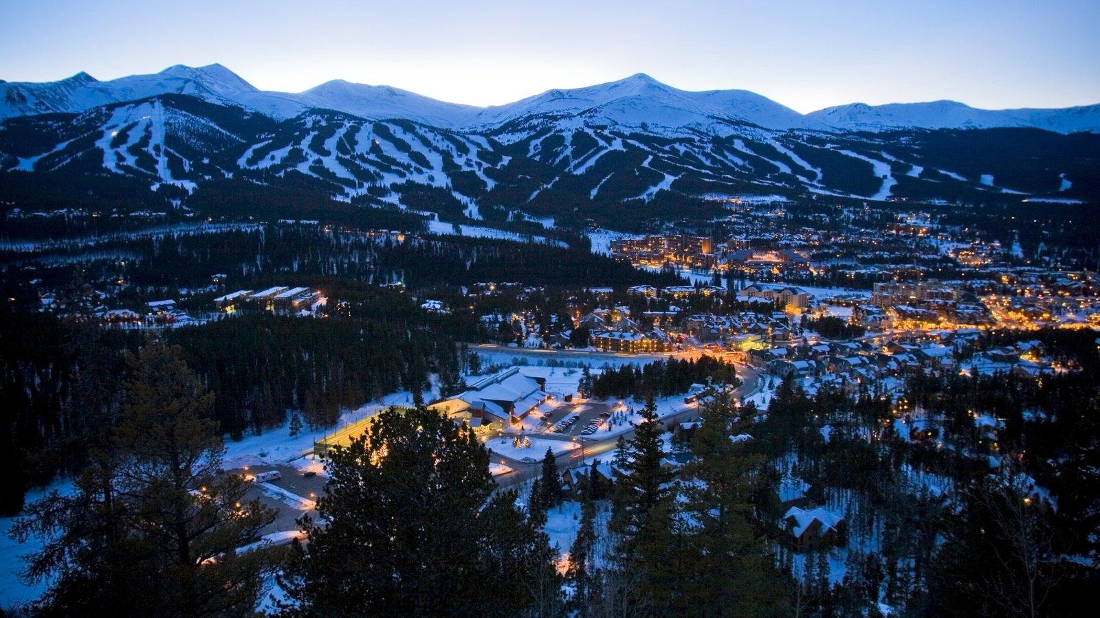 Breckenridge que inclui neve, montanhas e uma cidade pequena ou vila