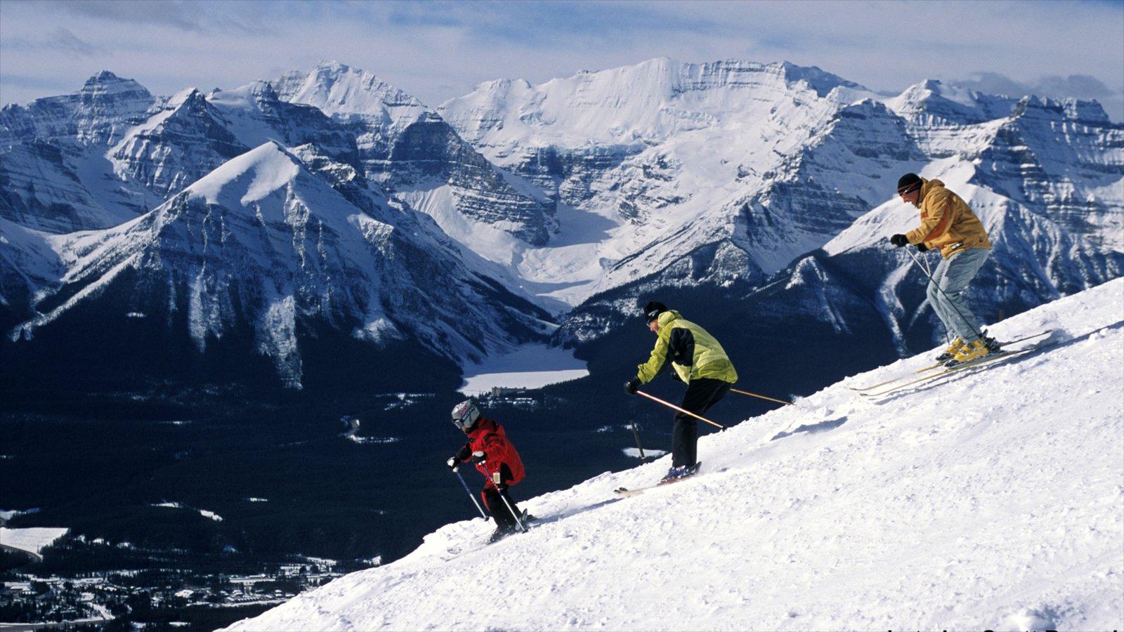 Lake Louise Mountain Resort showing snow skiing, mountains and snow