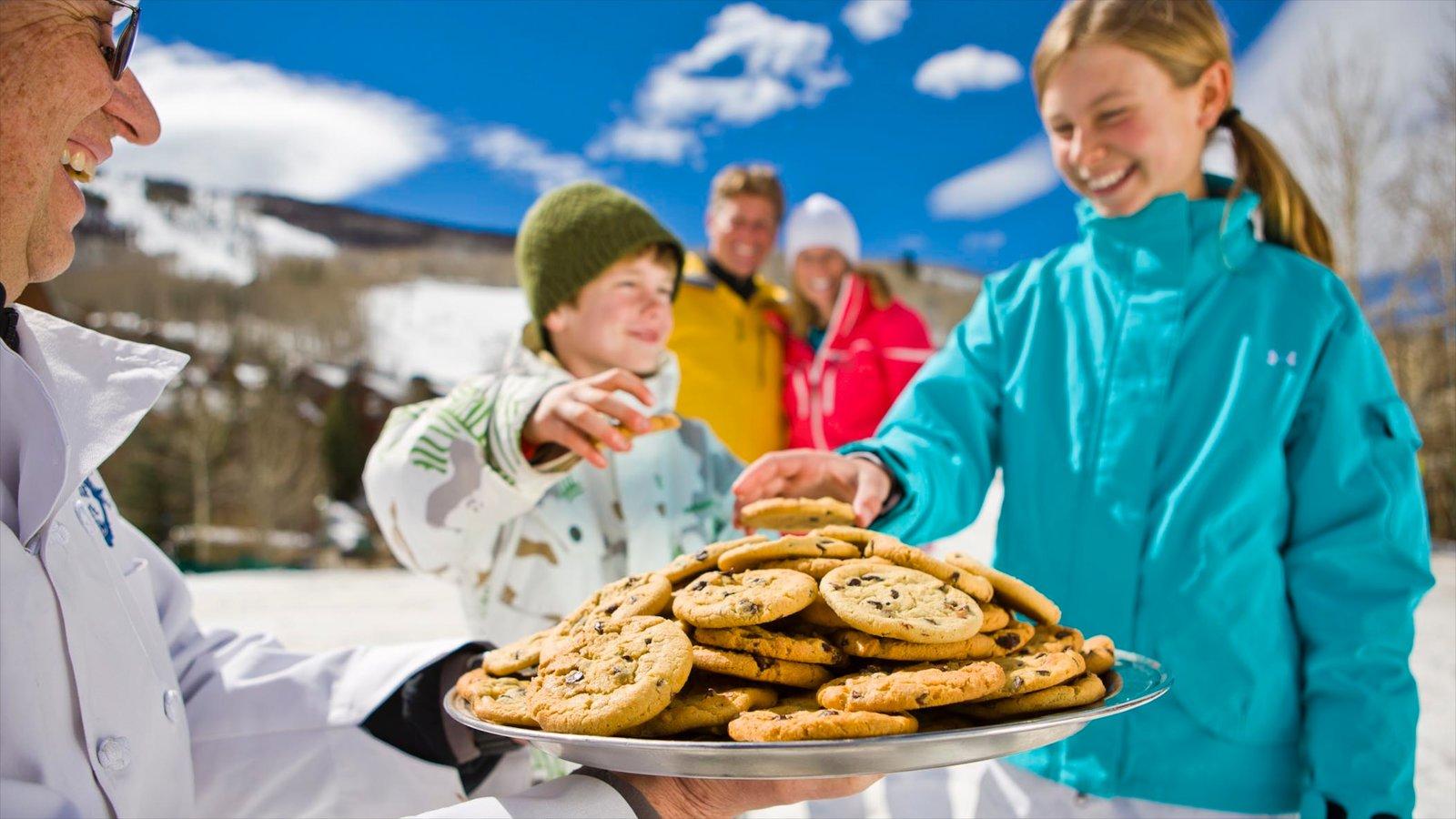 Vail - Beaver Creek mostrando após o esqui e comida assim como uma família