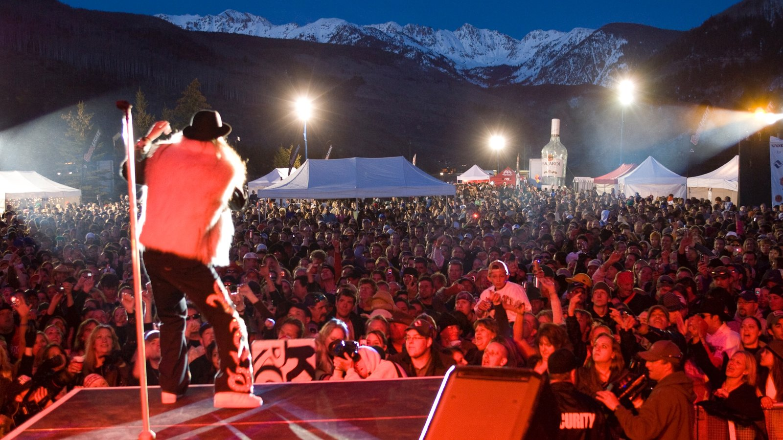 Vail - Beaver Creek mostrando vida noturna, arte performática e um festival