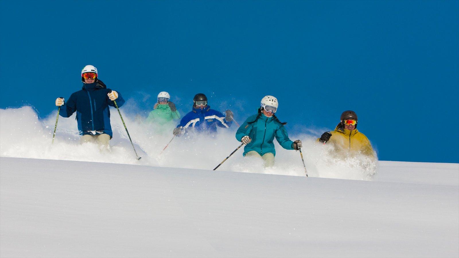 Vail - Beaver Creek mostrando neve e esqui na neve assim como um pequeno grupo de pessoas