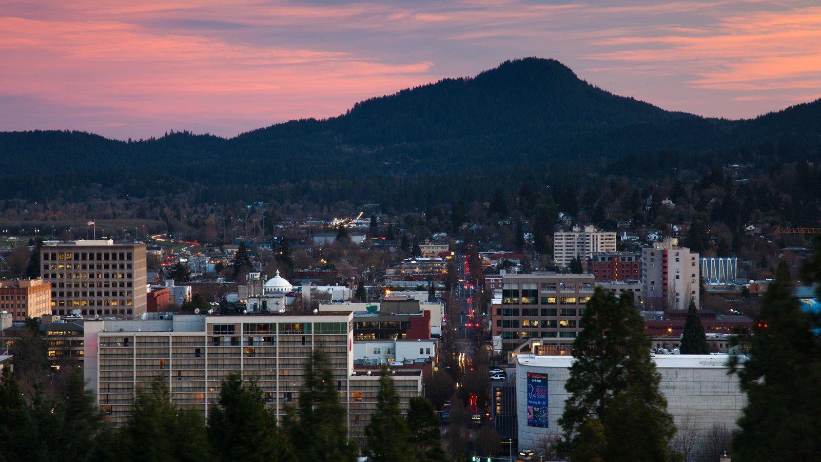 Eugene que incluye una ciudad, montañas y una puesta de sol