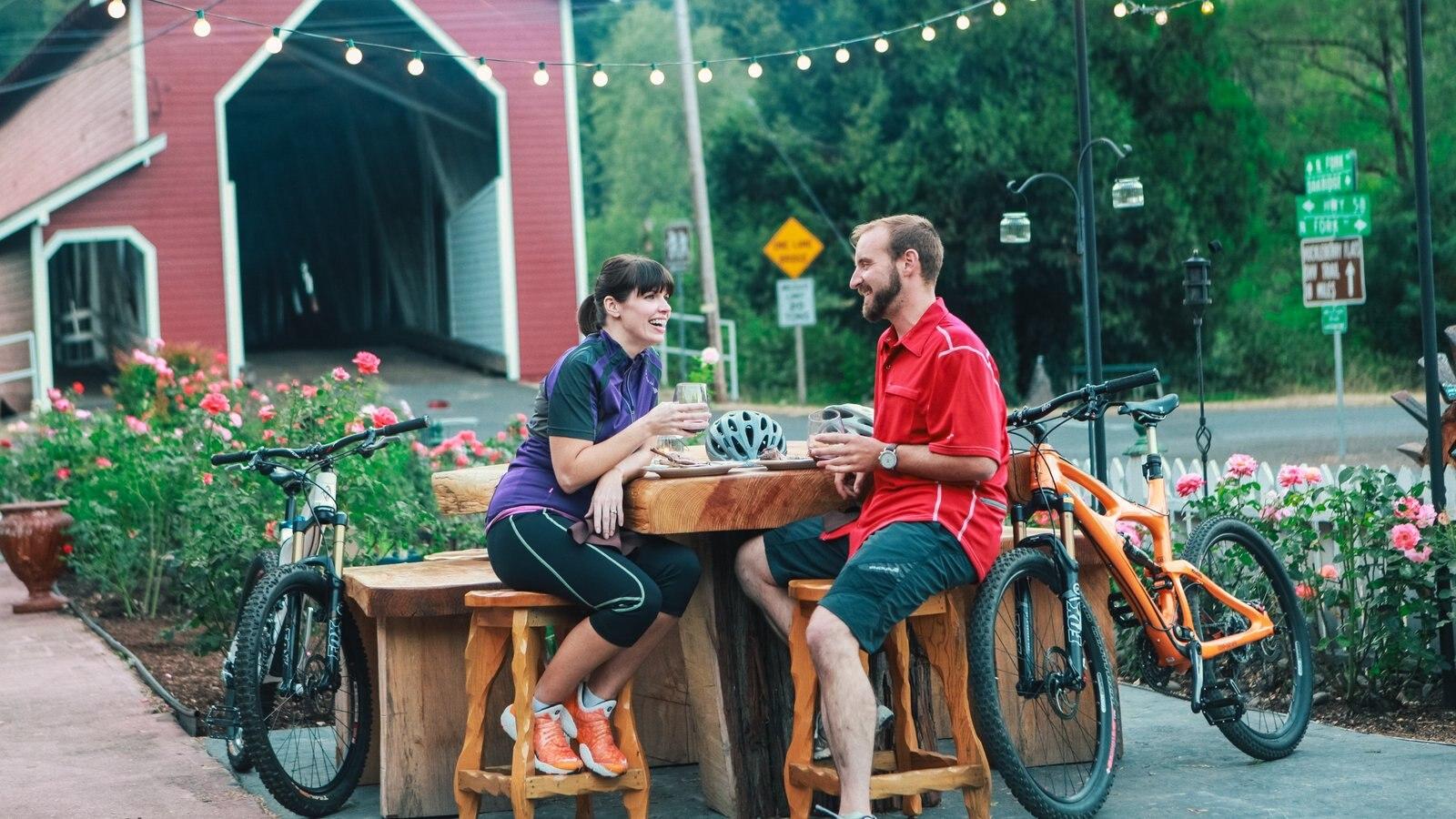 Eugene ofreciendo comer al aire libre y un parque y también una pareja