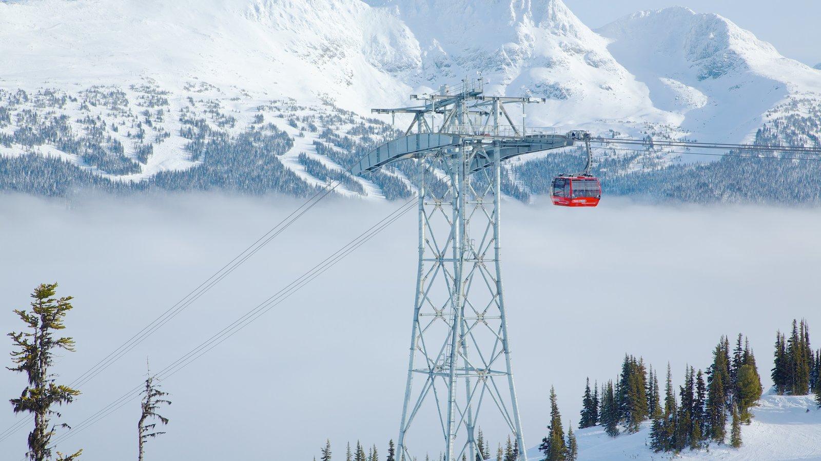 Teleférico Peak 2 Peak mostrando una góndola, neblina o niebla y nieve