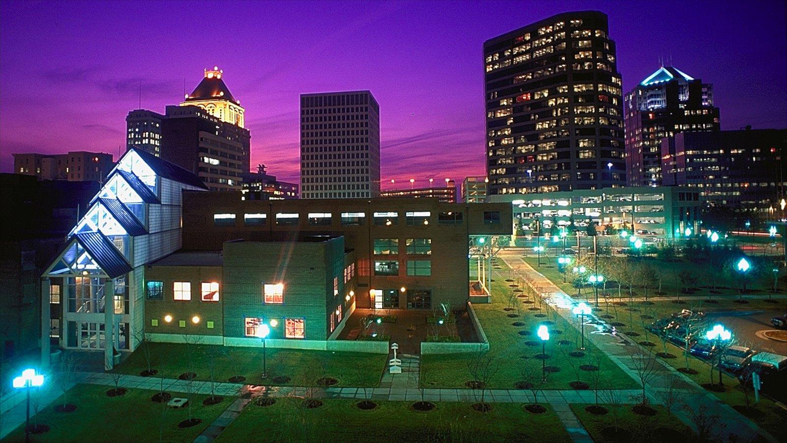 Greensboro que inclui cenas noturnas, arquitetura moderna e uma cidade