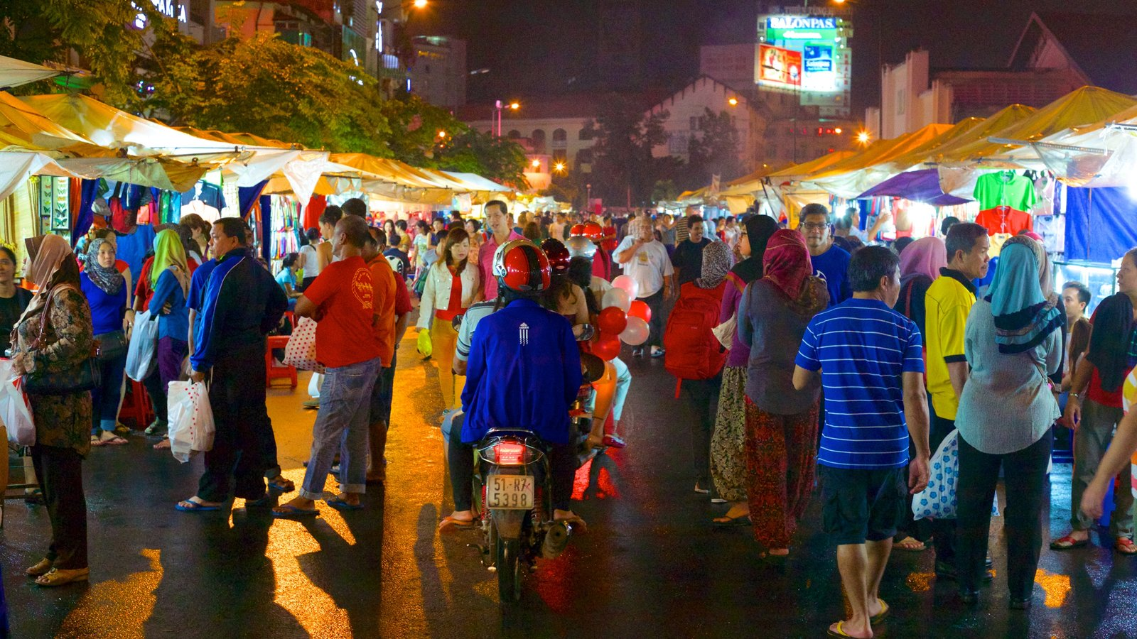 Ben Thanh Market which includes street scenes, night scenes and a city