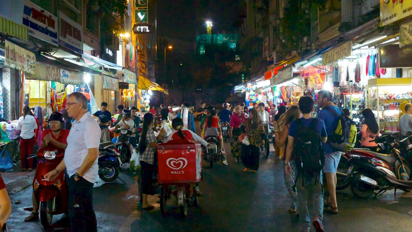 Ben Thanh Market which includes markets, street scenes and a city