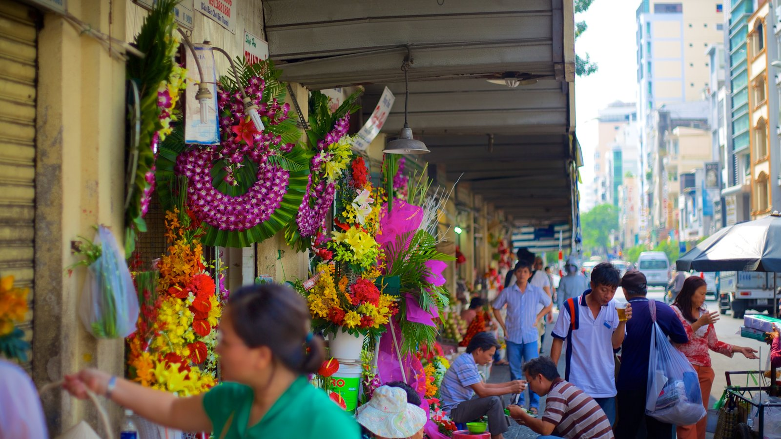 Ben Thanh Market showing a city, flowers and markets