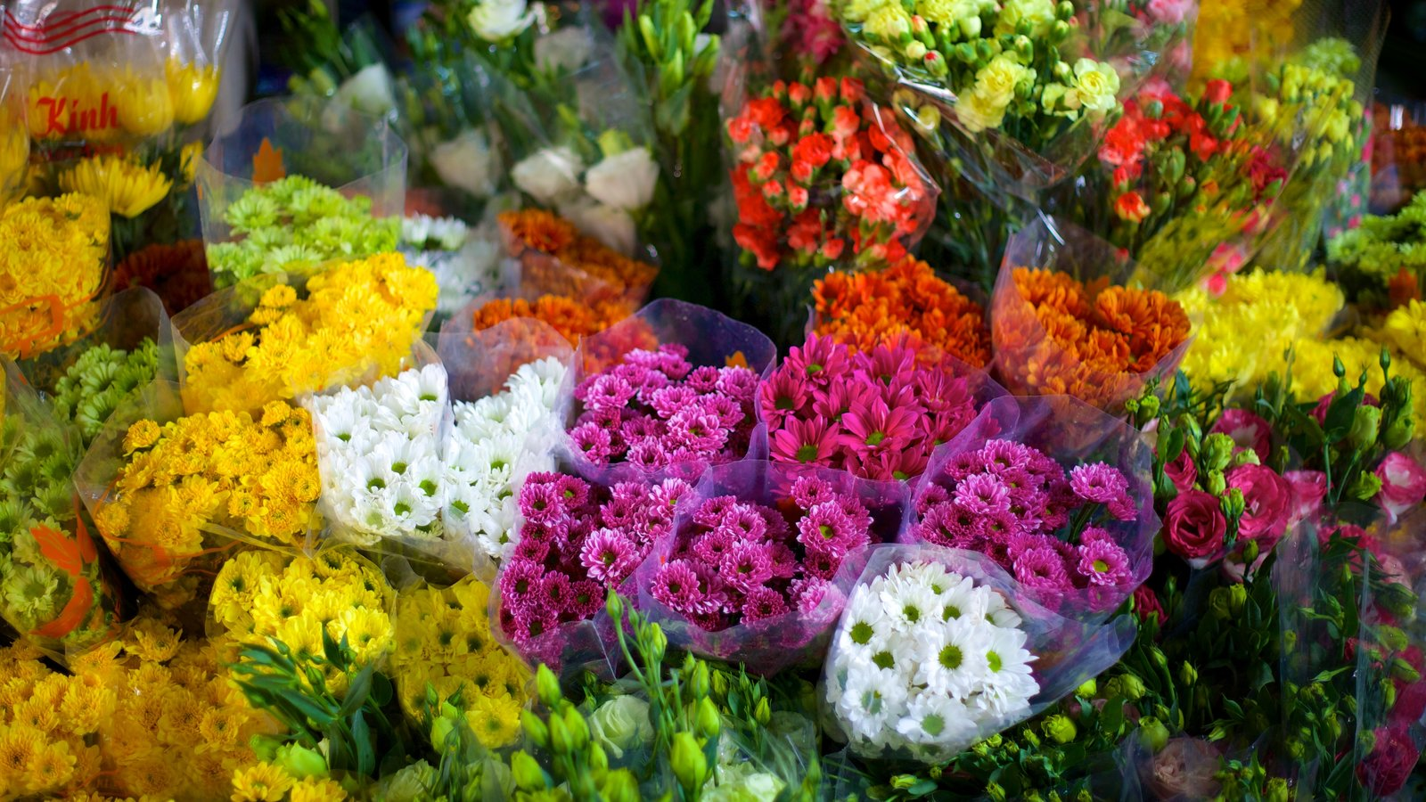 Ben Thanh Market which includes flowers