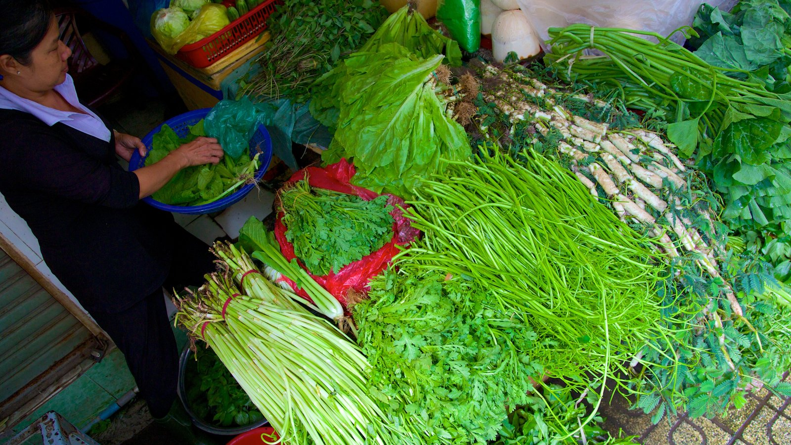 Ben Thanh Market showing food and markets
