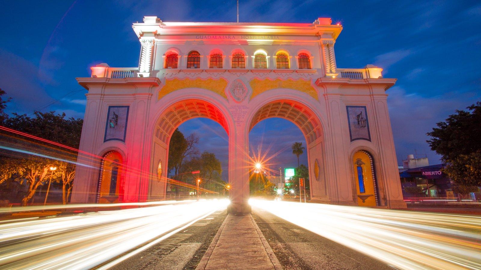 Los Arcos de Guadalajara mostrando cenas noturnas, um monumento e cenas de rua